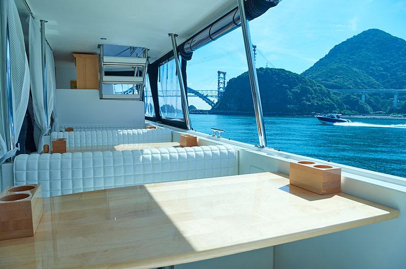 旅客船としては珍しいテーブル付のボックスタイプの座席